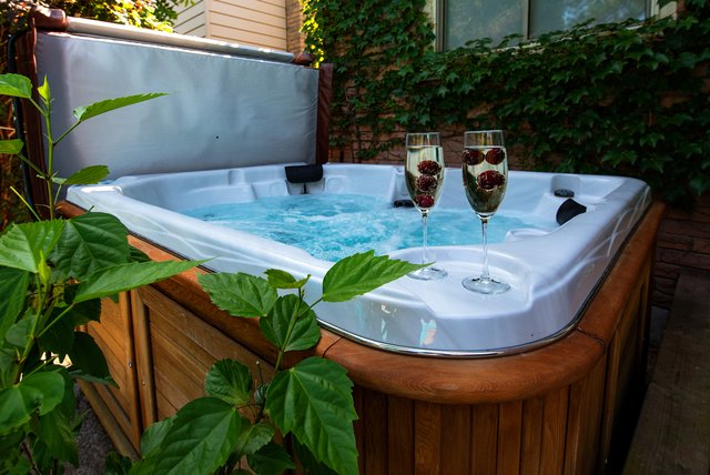 <p>Inflatable hot tubs</p>