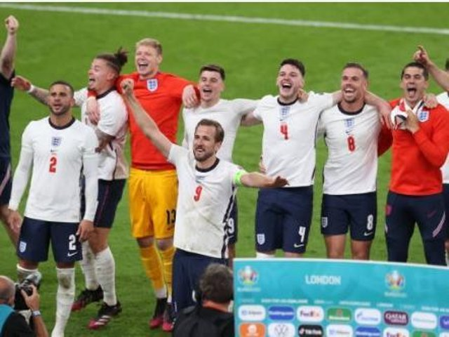 A petition calling on the government to give an extra bank holiday should England win the European Championships against Italy on Sunday, has been backed by thousands of people.